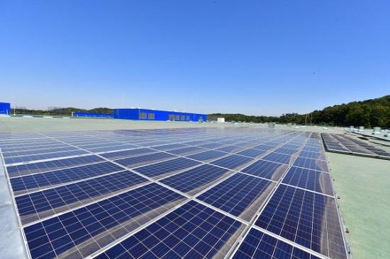 스웨덴 가구업체 이케아(IKEA)는 전 세계 매장 옥상에 태양광 패널을 설치, 자체 생산 전력으로 매장을 가동하고 가정용 태양광패널 판매도 하고 있다. 사진은 경기도 고양시 덕양구 이케아 고양점 옥상에 설치된 4446개의 태양광 패널.