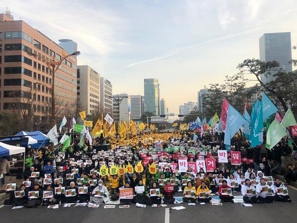 15일, 서울 여의도 국회의사당 앞에서 연동형 비례대표제 도입을 지지하는 '선거제도 개혁을 위한 여의도 불꽃집회'가 열렸다.