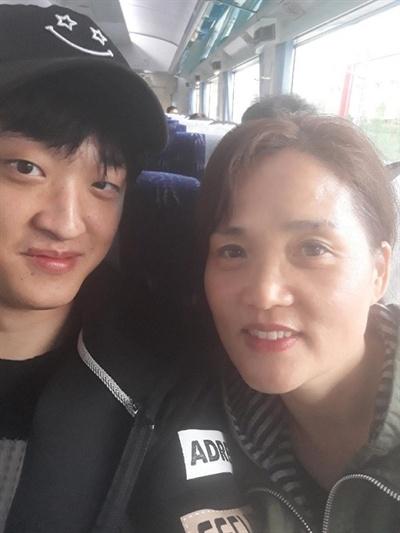 지난 11일 태안화력발전소에서 작업 중 사망한 김용균 씨의 부모님이 공개한 생전 사진.