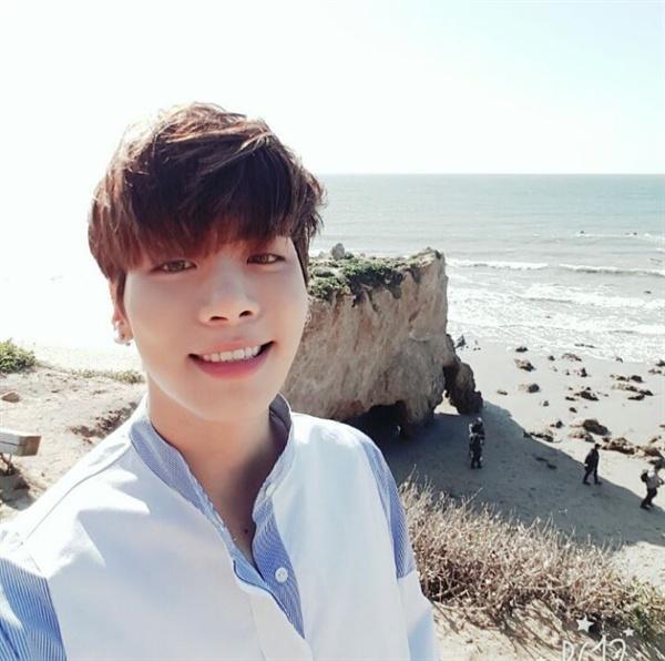 종현 태연이 자신의 인스타그램에 샤이니 종현의 생전모습 사진을 게재하며 그를 추모했다.
