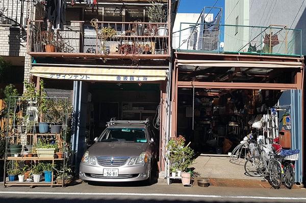 일본의 한 철공소 앞에 놓인 화분 진열대. 봄이 되면 이곳에도 화사한 꽃이 필 것이다.