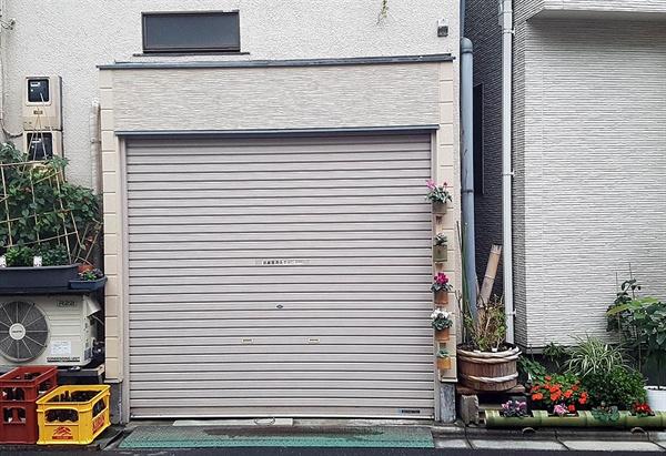 일본의 가정집 주차장 입구가 화분으로 장식돼 있다.
