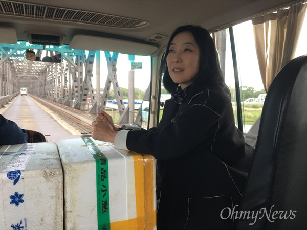 압록강철교를 건너 북한으로 들어가고 있는 모습.