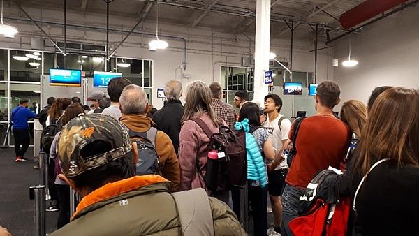 랜덤체크에 걸려 낮 12시 반 비행기를 못타고 밤 8시 반 페루 리마행 비행기를 타려고 줄을 섰는데 여행자들이 많았다.