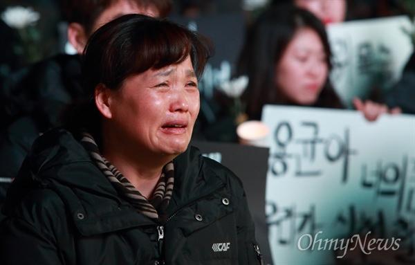아들 생전 모습, 오열하는 고 김용균씨 어머니 '태안화력발전소 24살 비정규직 고 김용균 청년추모행동의 날 - 너는 나다'가 19일 오후 광화문광장에서 열린 가운데, 고인의 생전 영상을 보며 어머니 김미숙씨가 오열하고 있다.