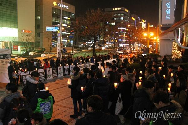19일 저녁 대전 서구 둔산동 갤러리아타임월드 백화점 앞에서 200여명의 시민들이 참여한 가운데 '고 김용균 님 추모 촛불집회'가 개최됐다.