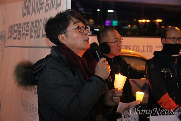 19일 저녁 대전 서구 둔산동 갤러리아타임월드 백화점 앞에서 200여명의 시민들이 참여한 가운데 '고 김용균 님 추모 촛불집회'가 개최됐다. 사진은 추모발언을 하고 있는 김신일 목사.