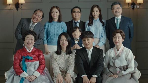휘루와 석무는 이혼 사실을 가족에게 알리지 못해 전전긍긍하던 중 양가가 함께 한 가족사진을 촬영한다.