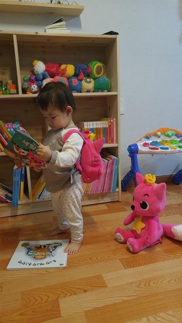 2년 전 크리스마스 이브, 딸에게 핑크퐁 사운드 인형, 가방, 사운드 북, 색칠공부를 선물했다.