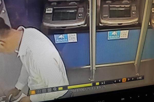 보이스피싱 현금수거책이 지난 6월 편취 금액을 송금한 뒤 은행을 나서고 있다.