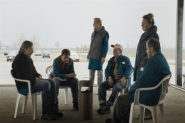 영화 <인 디 아일>의 한 장면. 한 데 모여 대화하는 마트 사람들.