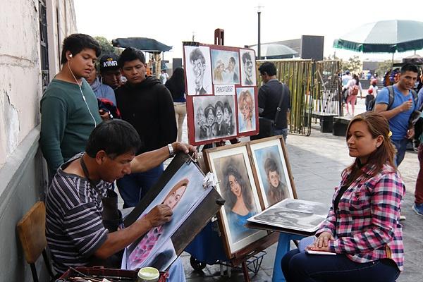 페루 수도 리마 뒷골목에서 관광객들에게 그림을 그려주는 길거리 화가 모습