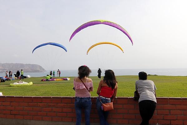 '사랑의 공원' 인근에서 행글라이더 타는 사람들을 구경하고 있는 리마 시민들