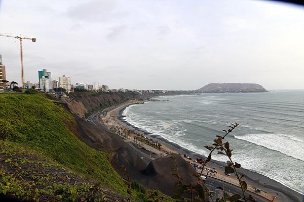 리마 신도시'사랑의 공원' 바로 아래에는 태평양 파도가 몰아치는 해변이 있다.