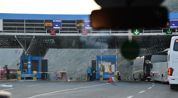몬테네그로 입국. 여름 성수기에는 입국에 2시간이나 걸리지만 다행히 금방 통과했다.