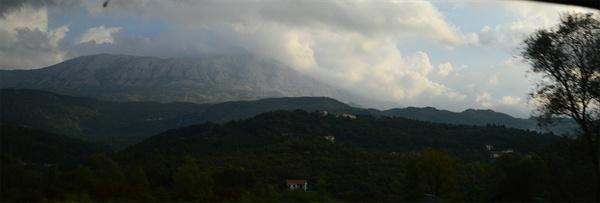 몬테네그로. 검은 산이라는 나라 이름답게 검은 산이 계속 여행길을 따라온다.