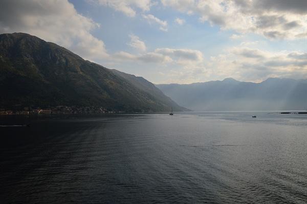 코토르만. 호수 같이 보이는 코토르 만은 아드리아해의 넓은 바다이다.