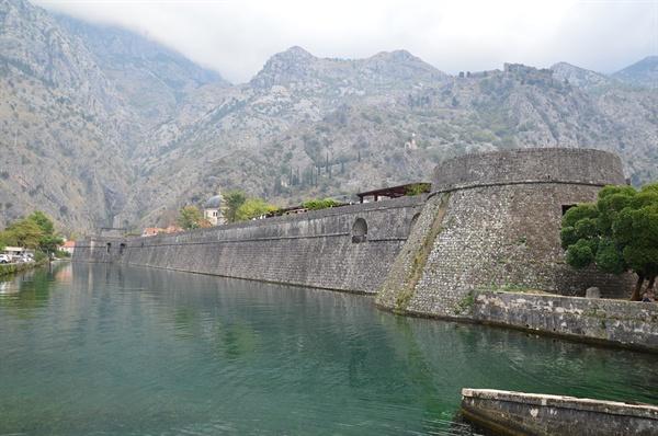 코토르 성벽. 강과 바다, 산으로 둘러싸인 천혜의 요새이다.