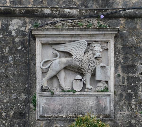 날개 달린 사자. 이 사자는 코토르가 베네치아의 지배를 받은 역사적 흔적이다.