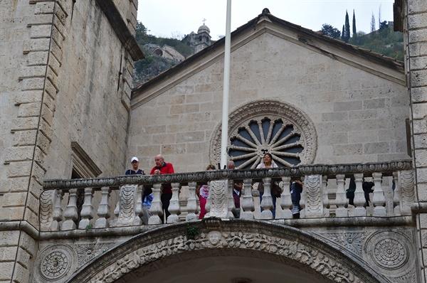 대성당 발코니. 발코니에 올라선 여행객들이 광장을 구경하고 있다.