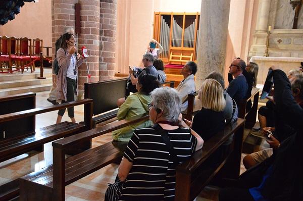 대성당 내부. 외국 여행자들이 성당에 대한 가이드의 설명을 경청하고 있다.