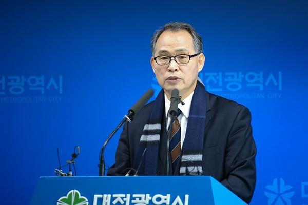 김영호 월평공원공론화위원장이 21일 오전 대전시청에서 '공론화위원회 권고안'에 대해서 설명하고 있다.