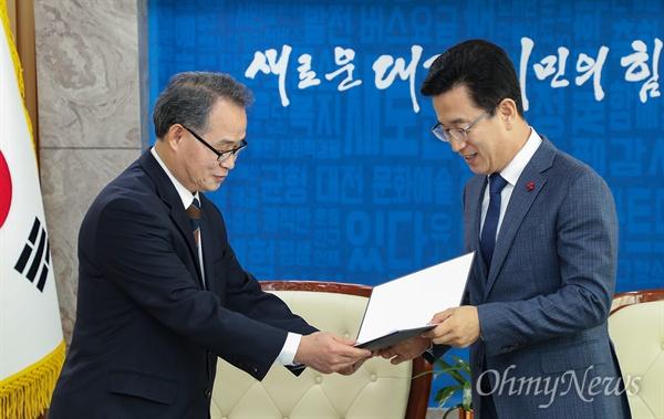 김영호 월평공원공론화위원장이 21일 오전 허태정 시장에게 '공론화위원회 권고안'을 전달하고 있다.