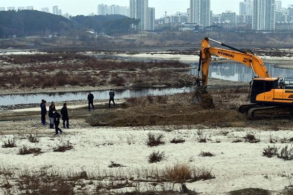 국토부, 한국수자원공사, 세종보 시공사인 대우건설 관계자들이 중장비로 강바닥을 파헤치며 조사를 하고 있다.