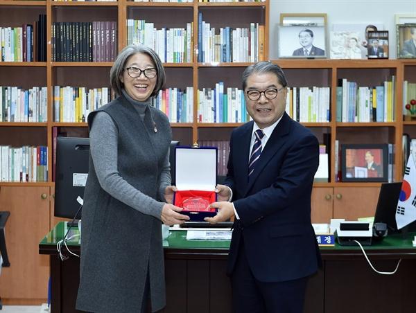 최순영 시민감사관 대표와 이재정 경기도교육감