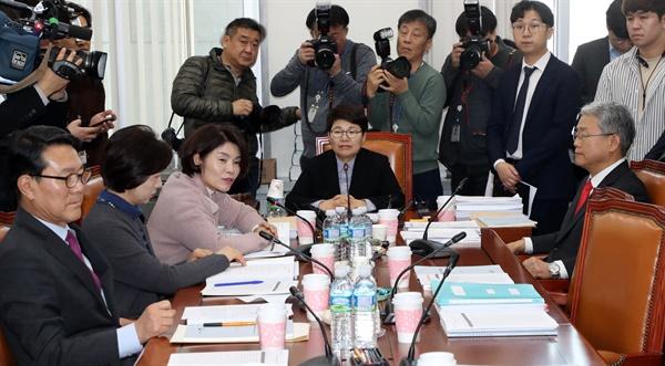 임이자 소위원장을 비롯한 국회 환경노동위원회 고용노동소위 위원들이 21일 국회에서 열린 소위원회에서 의견을 나누고 있다.