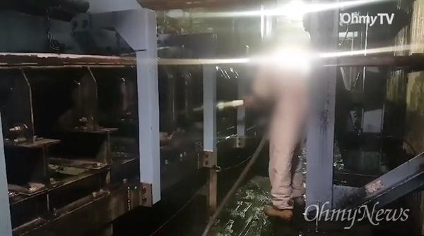 지난 20일 이해찬 민주당 대표 방문 전날 태안화력 하청업체 직원이 소방호스를 동원해 발전설비들을 청소하고 있다.