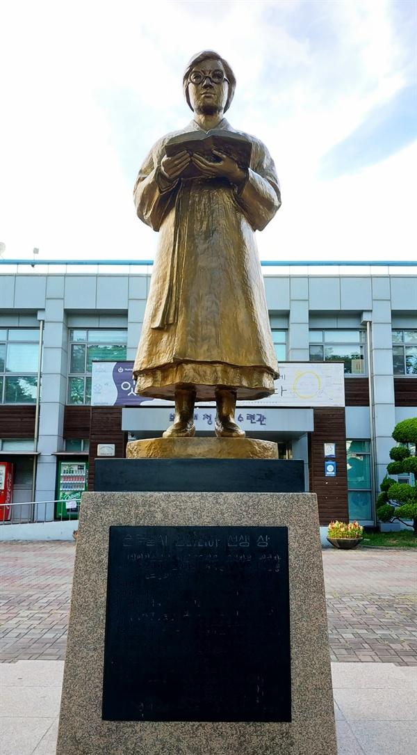 김마리아 동상 보라매공원 안에 있는 보라매청소년수련관 앞에는 '혁명 여걸' 김마리아의 동상이 세워져 있다.