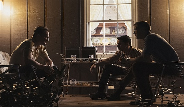 영화 <퍼스트맨> 스틸 컷. 닐은 동료들과의 관계에서 자신을 괴롭히는 속 깊은 이야기는 좀처럼 털어놓지 못한다.