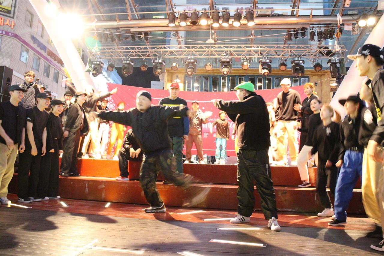 대구를 대표하는 춤꾼들이 춤판을 벌였다. 대백 앞 민주광장에서 1년의 성과를 나누는 대구춤판 행사가 열렸다. 이 행사는 시민들과 함께 공연을 꾸미는 것으로 마무리했다.