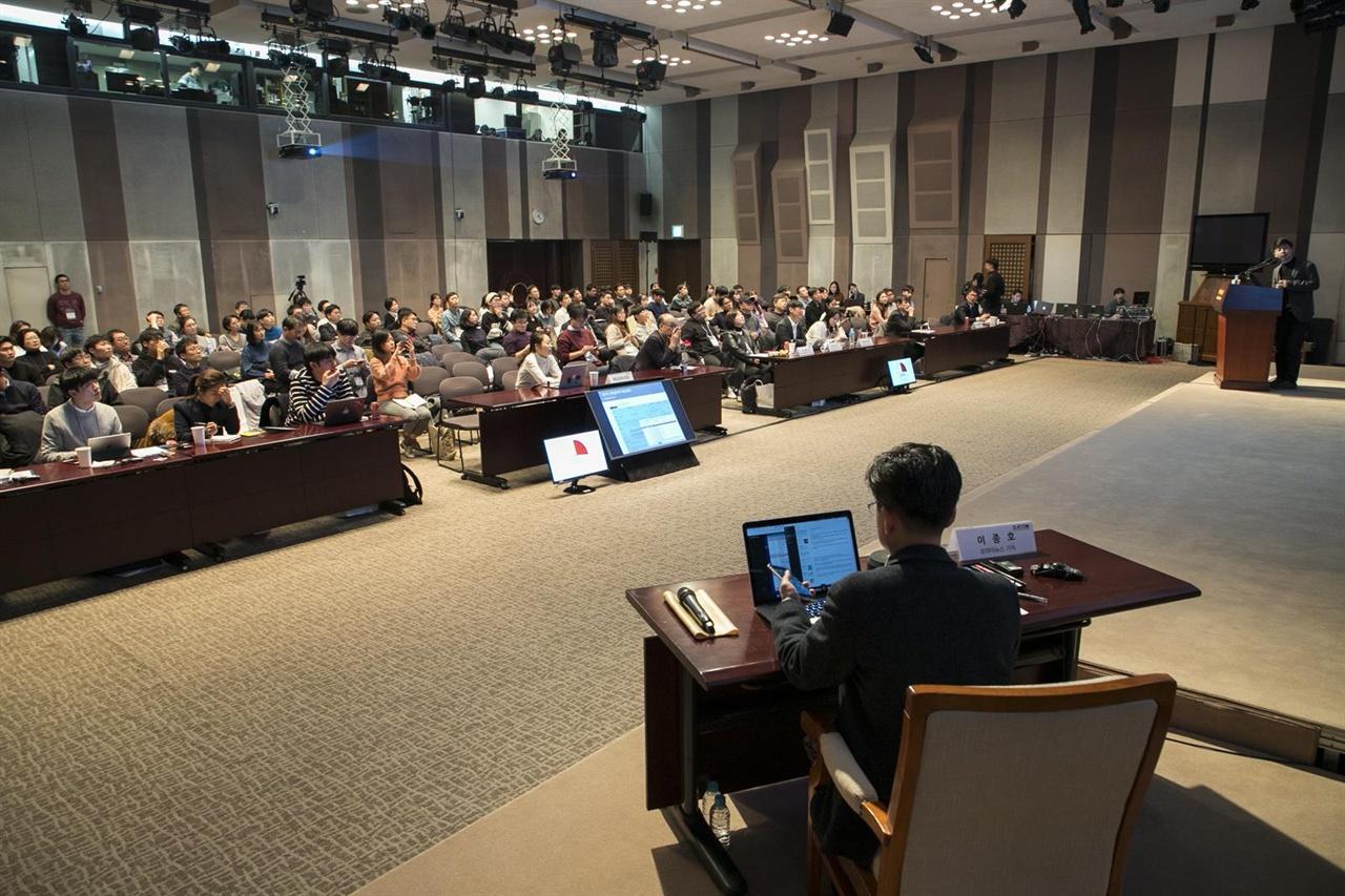 2018 데이터저널리즘코리아 컨퍼런스 참석자들이 발표에 귀를 기울이고 있다. 사진 앞쪽은 2부 좌장을 맡은 이종호 오마이뉴스 기자가 카카오톡 오픈채팅방에 올라온 즉석 질문을 확인하는 모습.