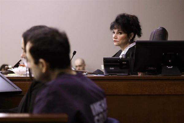 """2018년 1월 24일(현지시간) 미국 미시간주 랜싱 법원에서 로즈마리 아킬리나 판사가 미국 체조선수들을 장기간 상습적으로 성폭행·성추행한 미국 체조대표팀 주치의 래리 나사르를 보고 있다. 나사르는 무려 30년간 156명에 이르는 체조선수들을 자신의 치료실에서 성추행·성폭행 해왔다. 아킬리나 판사는 이날 나사르에게 징역 40~175년을 선고하며 """"방금 당신의 사형 집행 영장에 서명했다. 당신은 다시는 감옥 밖으로 걸어서 나갈 자격이 없다""""고 말했다."""