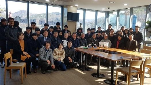 예산군 광시중학교 20여명과 학생들이 한일 황새복원 민간 교류단과 함께 기념촬영을 하고 있다.