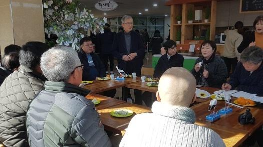 사다케 일본 황새시민교류회 대표가 발언을 하고 있다. (가운데 서 있는 사람이 사다케 대표)