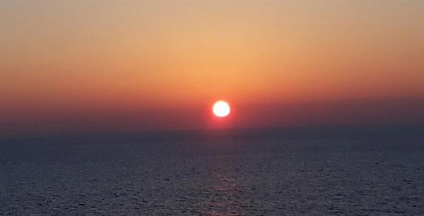 2018 무술년, 황금 개띠 해가 수평선을 붉게 물들이며 저물어 가고 있다