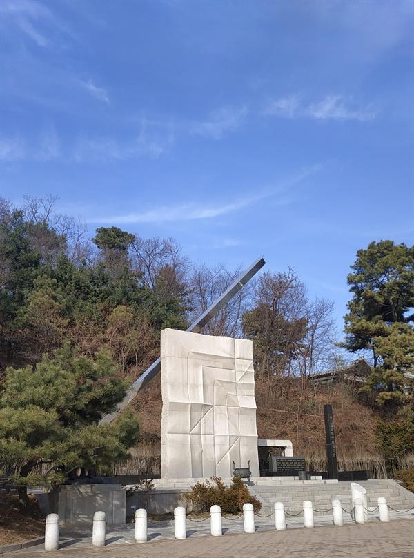 보라매공원의 산업재해희생자위령탑 산업재해희생자위령탑은 2000년 한국노총의 제안을 정부가 수용하면서 건립되었다.