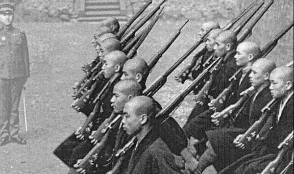 태평양전쟁 시기 승려들이 제식훈련을 받는 장면. 태평양 전쟁 당시 일본 불교지도자들은 일본의 군국주의에 사상적 바탕을 제공했을 뿐만 아니라 직접 군국주의를 옹호하면서 일본군의 침략과 살생행위를 옹호했고 사찰에서 군사훈련까지 받게 했다.