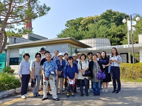 제암리 교회 전시관 방문 일본 고려박물관 회원들은 2019년 3.1만세운동 100주년 전시 자료 준비차 지난 6월 18일부터 3박4일간 한국을 방문했다. 사진은 제암리 교회 전시관 방문 때 모습