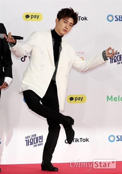 'SBS가요대전' 아이콘 비아이, 아무나 못해요! 아이콘의 비아이가 25일 오후 서울 고척동 고척스카이돔에서 열린 < 2018 SBS 가요대전 >에서 포즈를 취하고 있다.