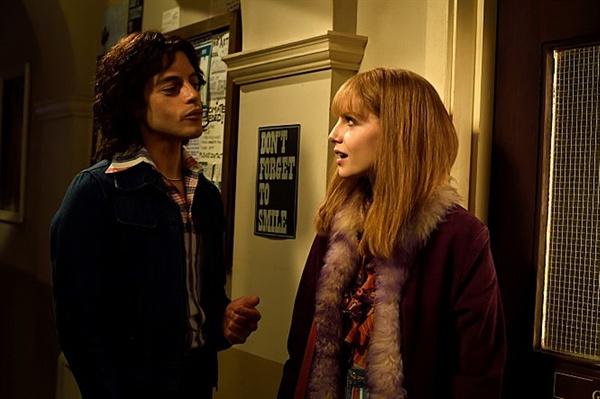 보헤미안 랩소디 프레디 머큐리(라미 말렉 분)와 메리 오스틴(루시 보인턴 분). 이들을 연기한 두 배우는 이 영화를 통해 실제 연인으로 발전했다.