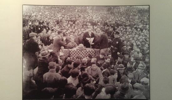 1945년 신탁통치 반대 전국대회에서 연설하는 백범.