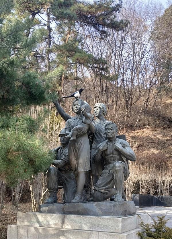 산업재해희생자위령탑 옆의 노동자 군상 위령탑 뒤편의 추모시와 함께 노동자를 '산업전사'로 묘사하고 있어 아쉬움이 남는다.