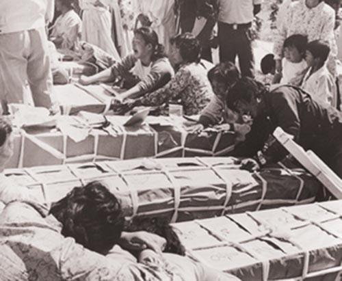 1980년 5·18민중항쟁 당시 모습이 담긴 5·18 미공개 영상 중 일부. 계엄군의 무차별 진압으로 희생된 가족을 보내며 오열하는 시민들의 모습을 볼 수 있다.