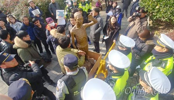 소녀상을 지키는 부산시민행동 등이 마련한 '한일 위안부 합의 무효와 강제징용노동자상 건립을 위한 공동행동'이 26일 오후 부산 일본영사관 인근에서 열렸다. 이날 집회에서는 한때 경찰이 노동자상 모형의 일본영사관 방면 이동을 막으면서 집회 참가자들의 항의를 받기도 했다. 계속된 항의에 경찰이 행진을 허용하며 큰 충돌로 번지지는 않았다.