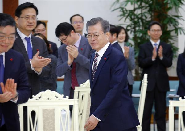 문재인 대통령이 26일 오후 청와대에서 열린 국민경제자문회의에 입장하며 위원들과 인사를 나누고 있다.