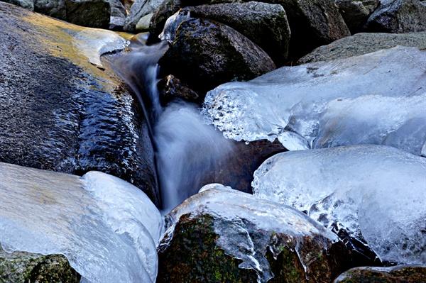얼음 사이로 흐르는 계곡물